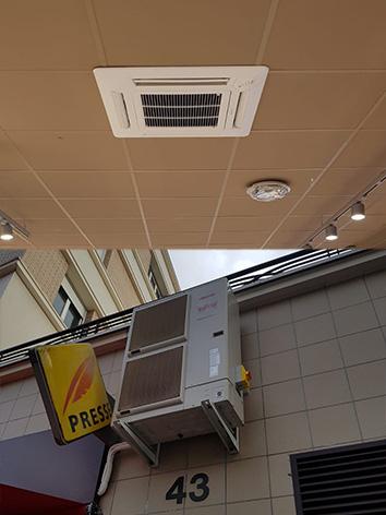 photo d'une clim cassette toshiba accroché au plafond chez franprix